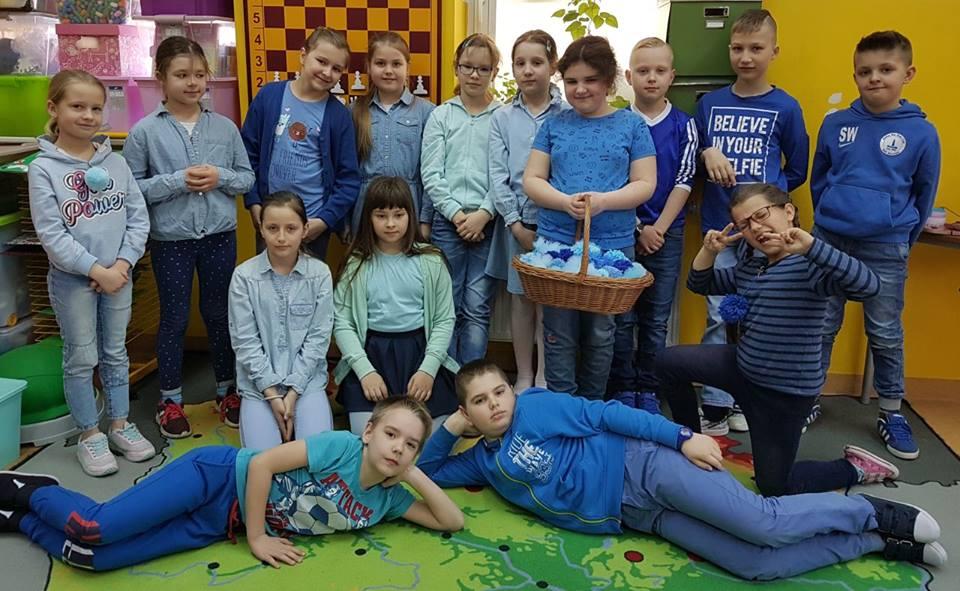 """Dzieci z klasy """"Odkrywacze"""" w Zagościńcu, i ich pompony"""