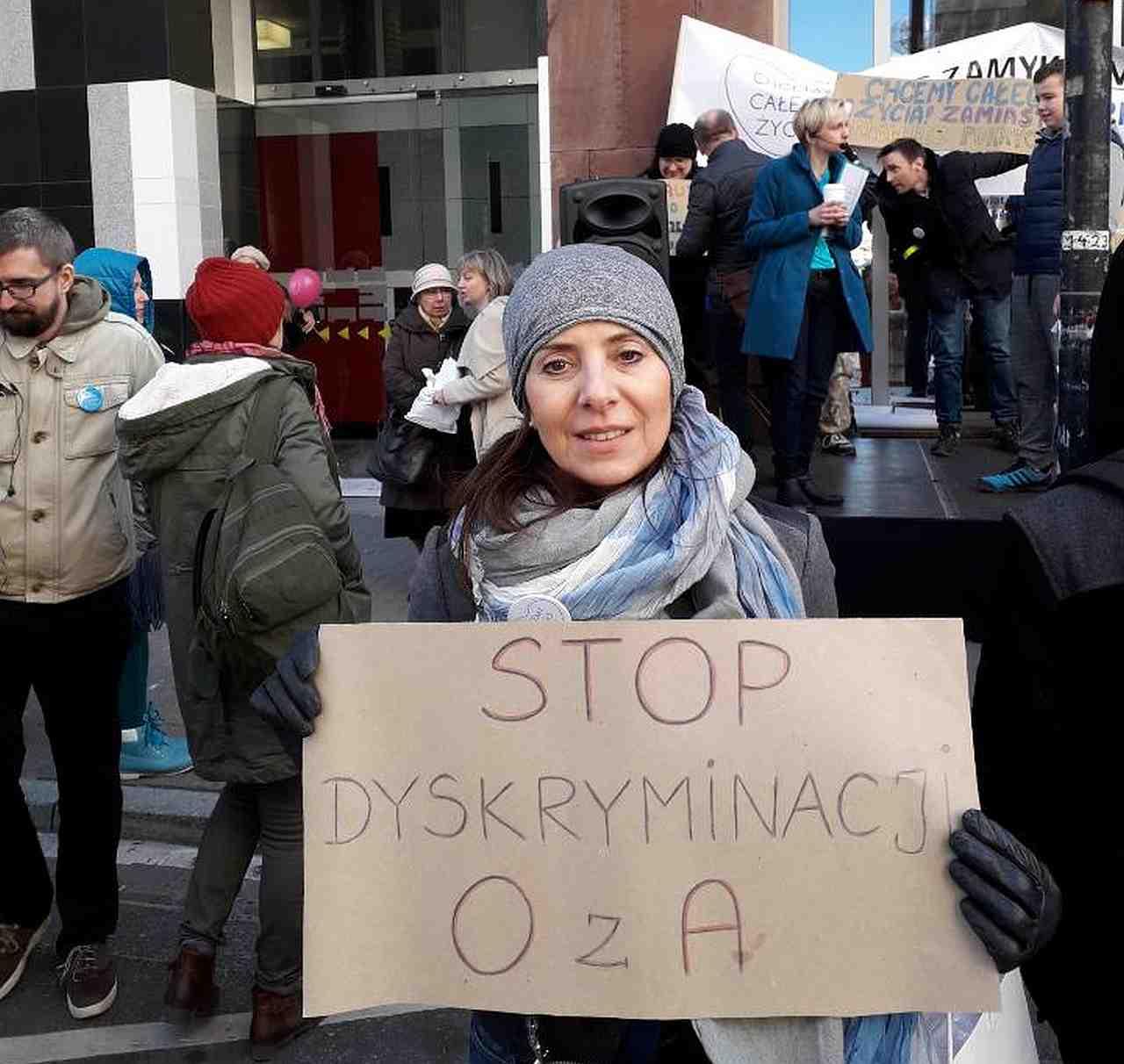 Hanna Barełkowska przed ministerstwem podczas przekazania podpisów