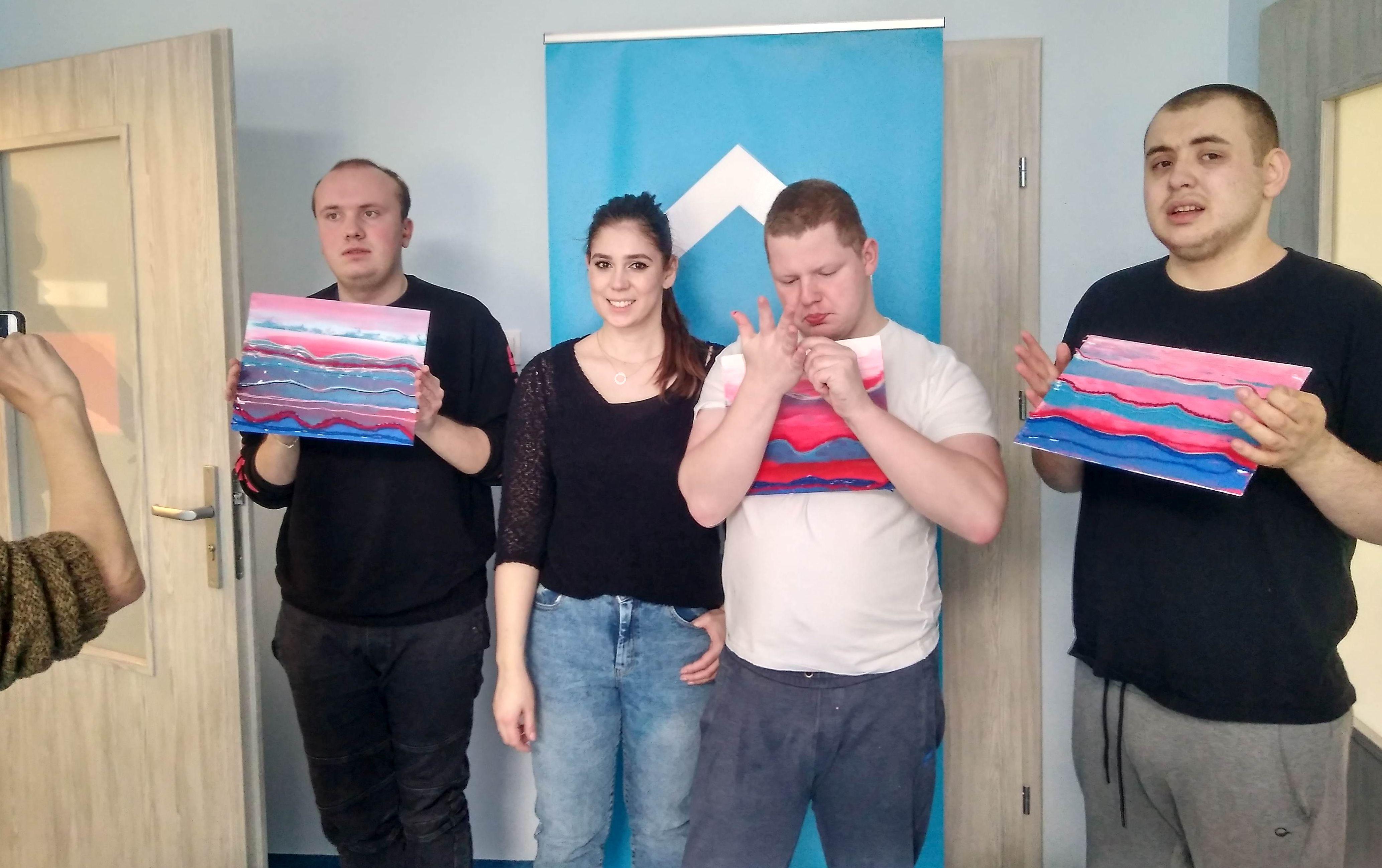 """Uczestnicy projektu """"Galeria Dom"""" i prowadząca warsztaty Natalia Łojek"""