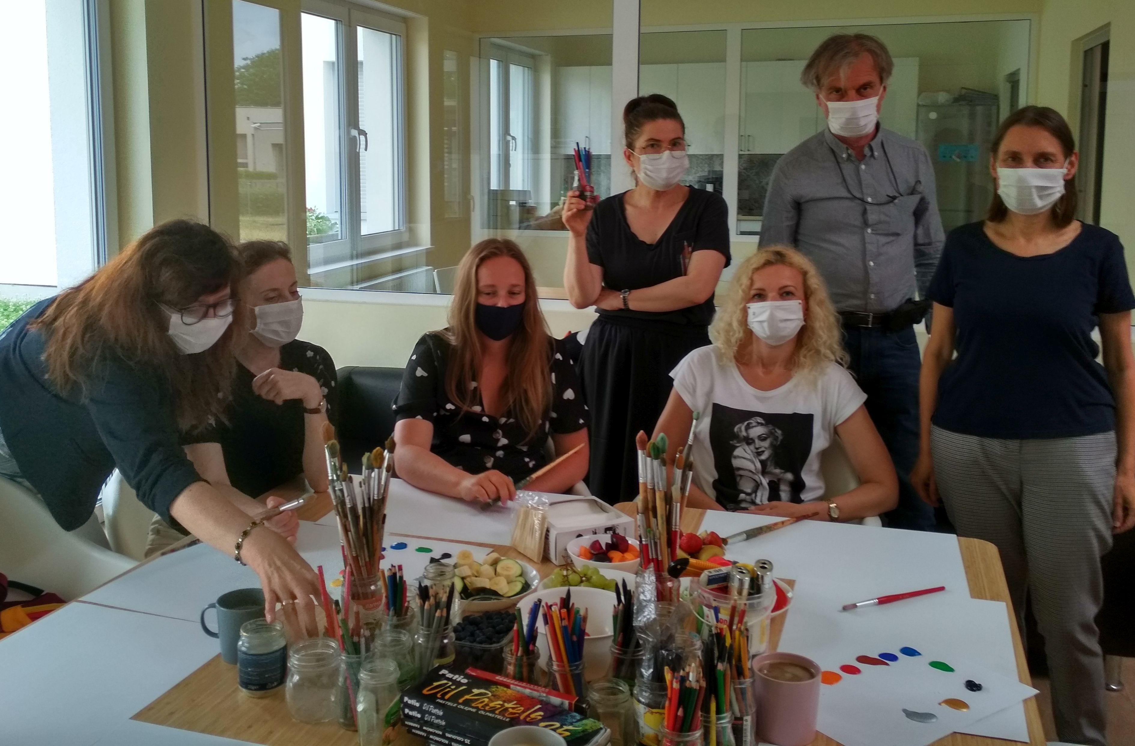 Zajęcia z arteterapii w Domu Autysty prowadzi prof. Robert Bartel
